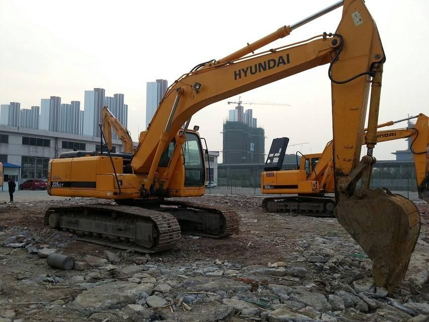 彭水县小松PC270-8挖掘机动作发卡冒蓝烟